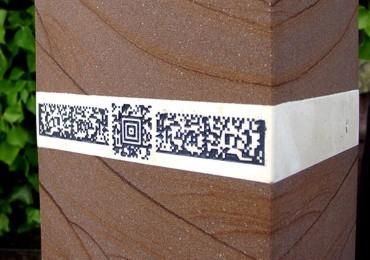 Aztek-Code + Sema-Codes auf Grabstein