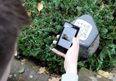 QR-Sockelstein an einer Grabstätte